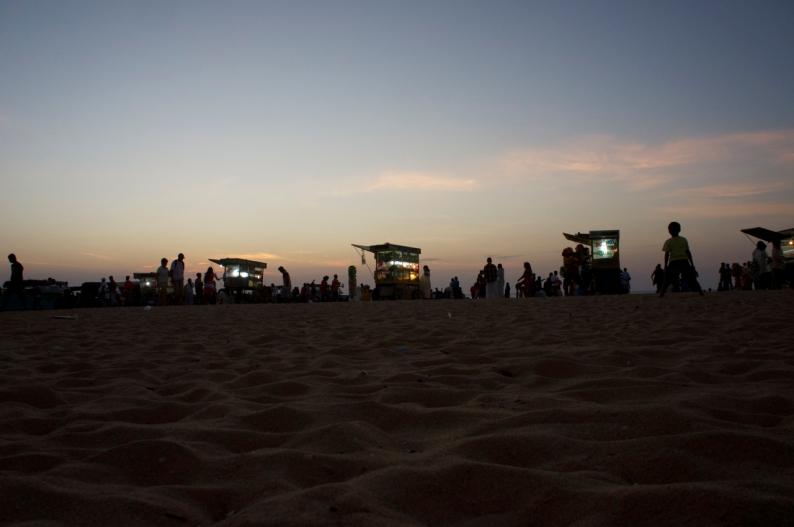 de rijdende kiosken op het strand na zonsondergang